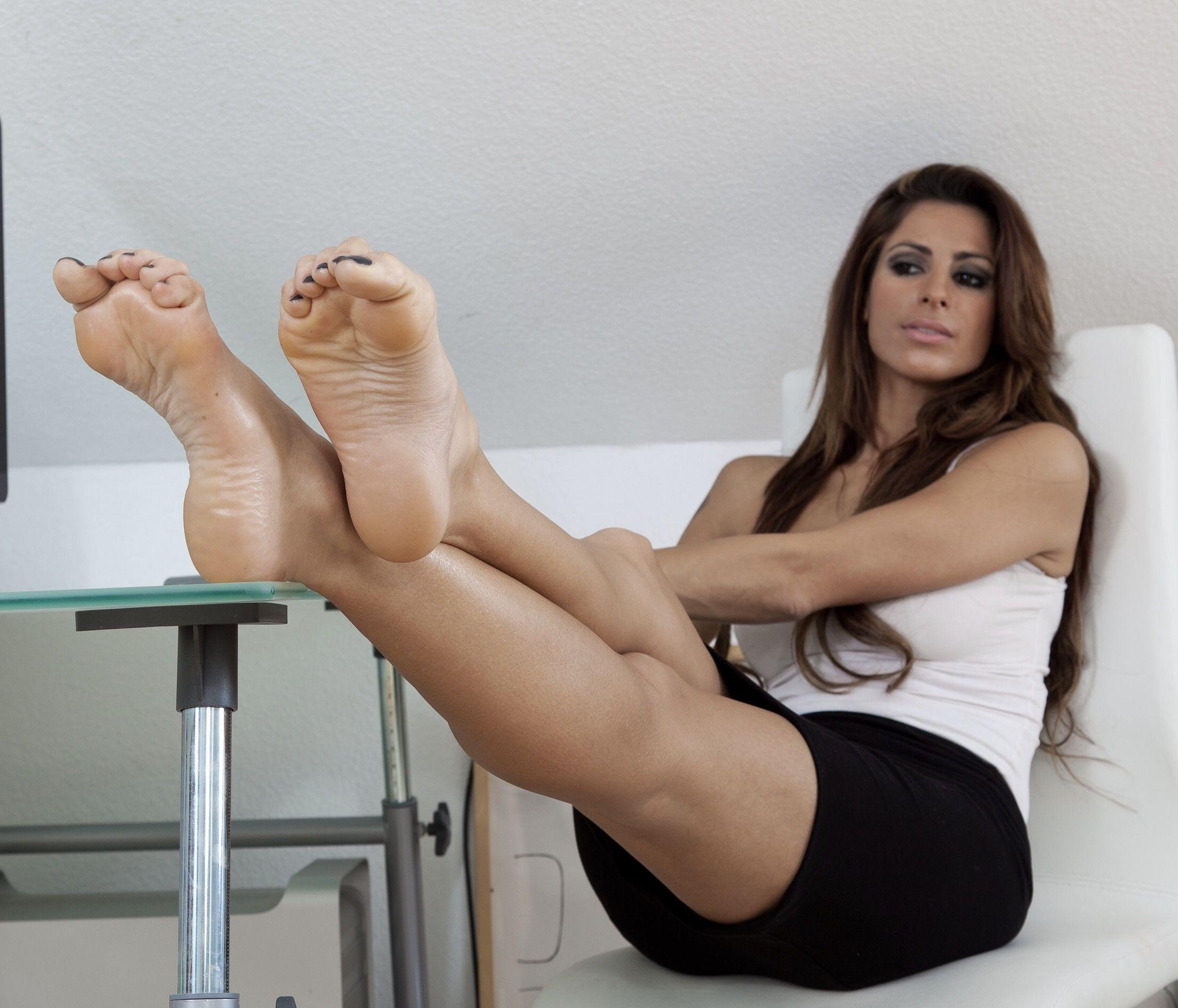 Pin on female sexy feet
