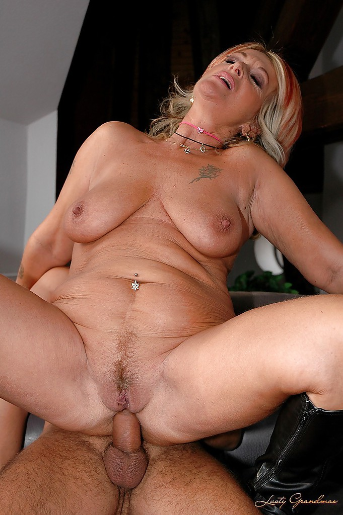 Angelina jolie possing nude